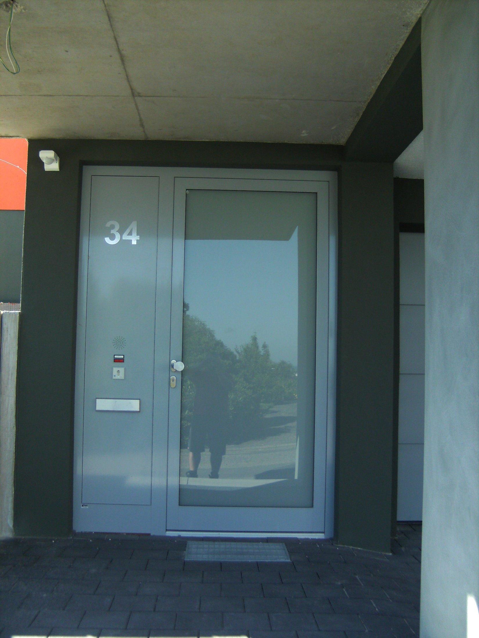 Aluminium Haustüre vollverglast mit geschlossenem Seitenteil