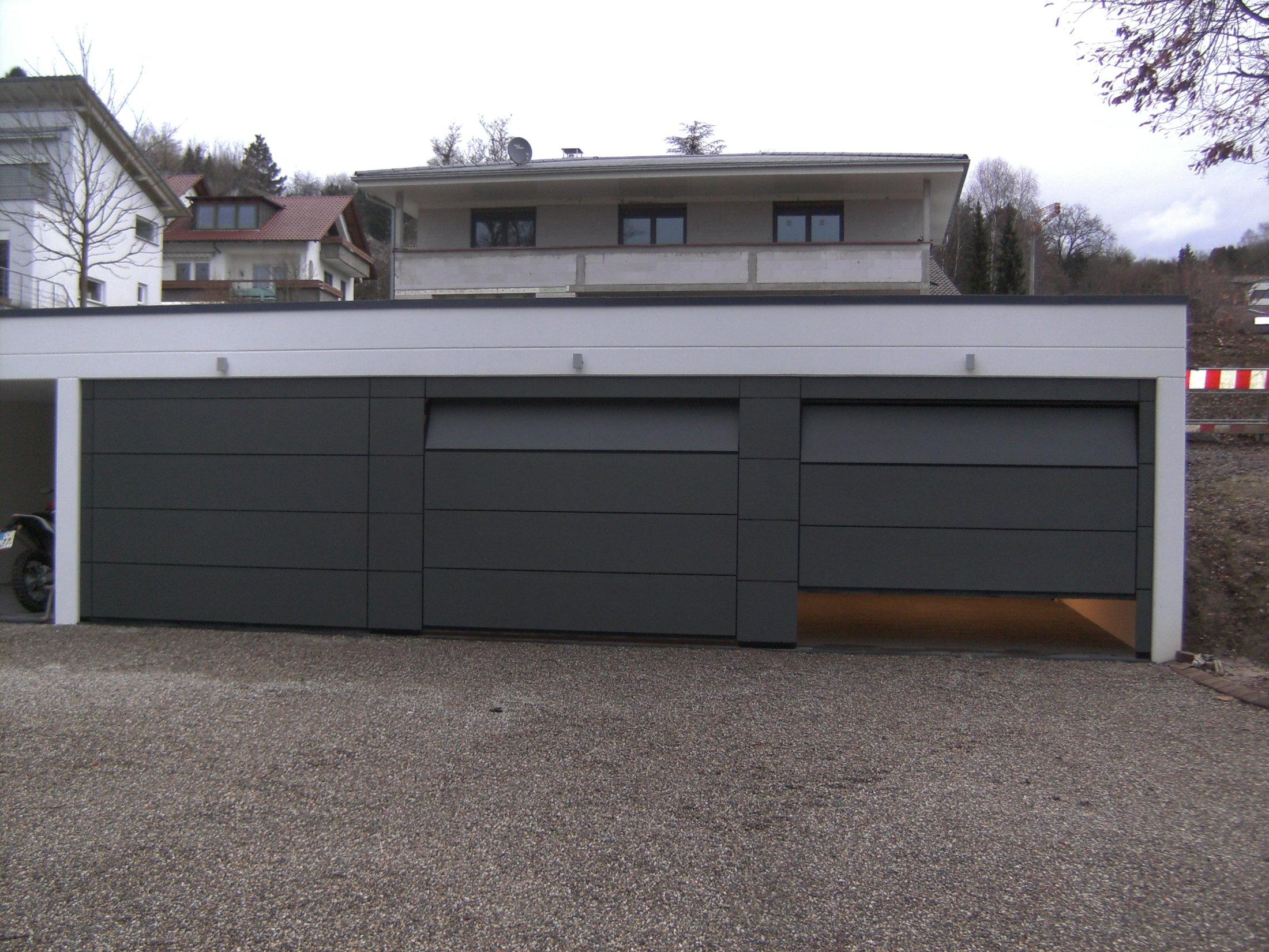 3 Flächenbündige Sektionaltore mit gepulverten Aluminiumplatten - öffnend