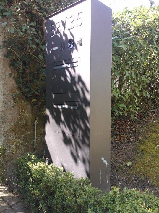 Briefkastensäule mit Klingel und Gegensprechanlage