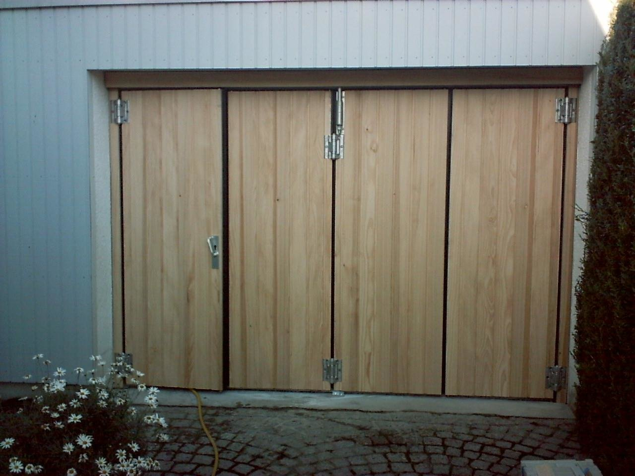 Falttor 1-3 mit Senkrechter Holzverkleidung - öffnend