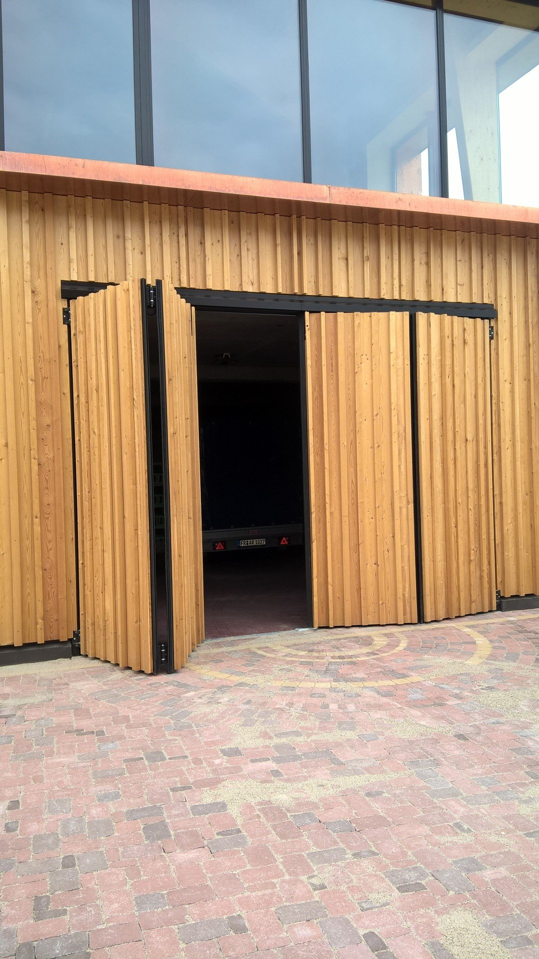 Falttor 2-2 mit Holzverkleidung - öffnend