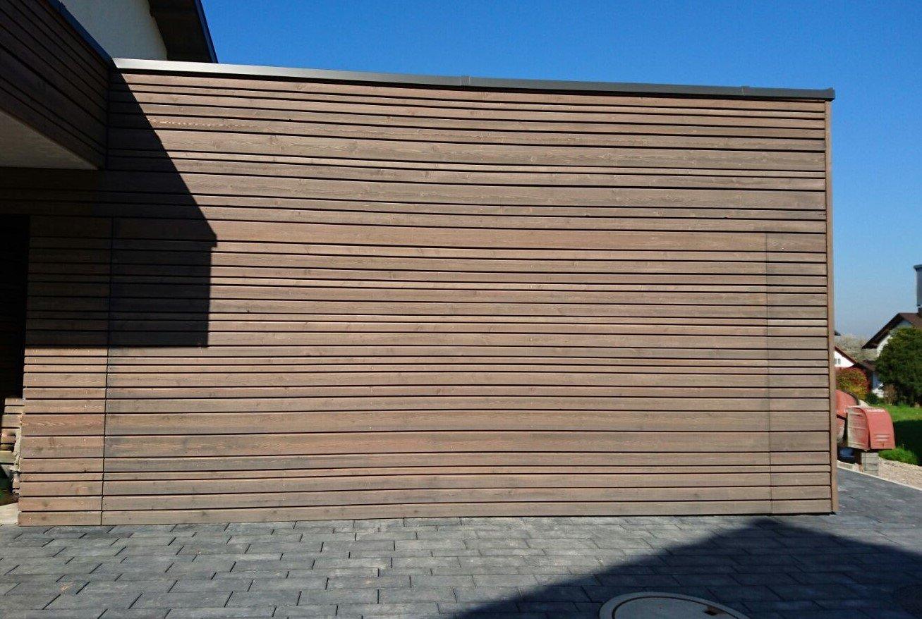 Flächenbündiges Schwingtor mit Holzschalung