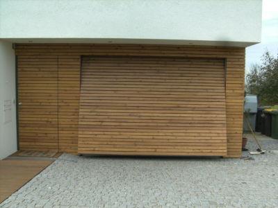Flächenbündiges Schwingtor und Haustüre mit Rautenprofilen beplankt - öffnend