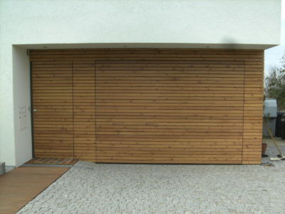 Flächenbündiges Schwingtor und Haustüre mit Rautenprofilen beplankt