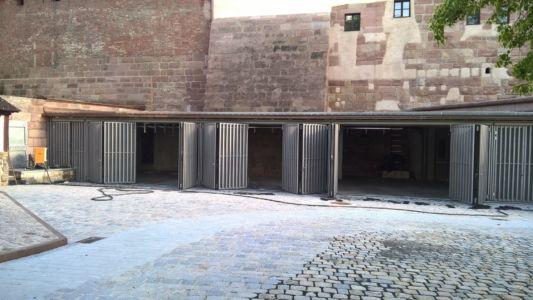 Falttoranlage Tore 2-2 Handbetätigt Mit Senkrechten Holzleisten Und Lochblechfüllung
