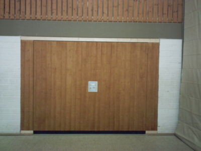 Geräteraumtor mit senkrechter Holzverkleidung