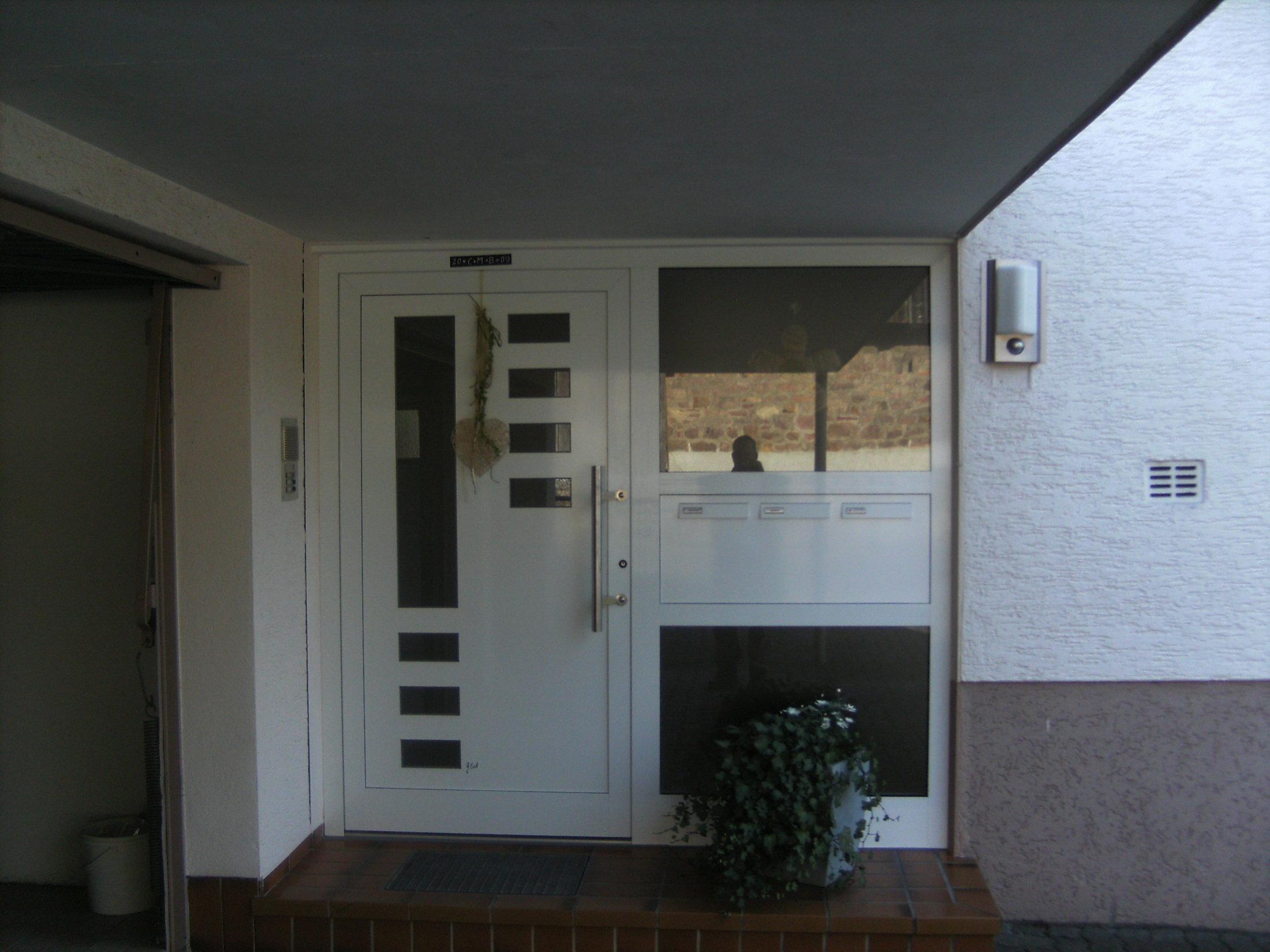 Aluminium Haustüre mit Lichtausschnitten, verglastes Seitenteil mit Briefkastenanlage