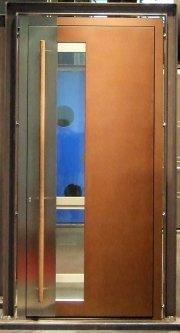 Cortenstahl-Haustüre mit Edelstahleinlage, Senkrechtem Lichtausschnitt Und Holzgriffstange