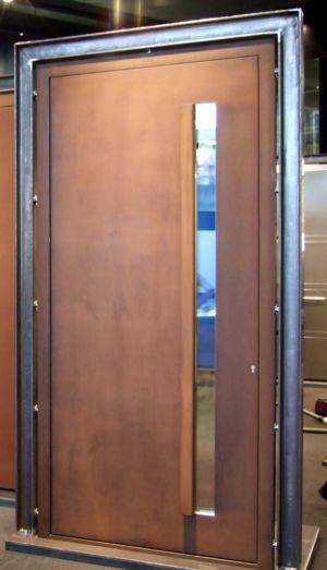 Cortenstahl-Haustüre Mit Corten-Winkelgriff Und Senkrechtem Lichtausschnitt