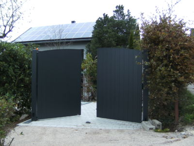 2-flügeliges Hoftor mit Aluminium-Beplankung - öffnend