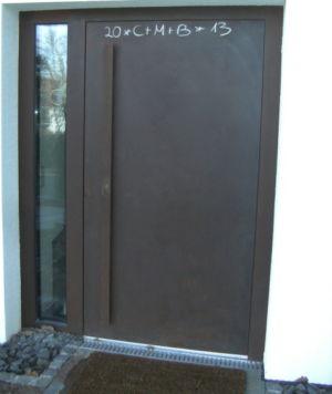 Cortenstahl-Haustüre mit Corten-Winkelgriff & Verglastem Seitenteil