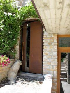 Cortenstahl-Haustüre mit Lichtausschnitt und Holzgriffstange kurz