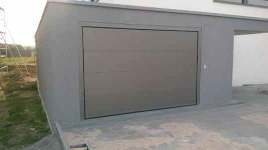 Sektionaltor mit Evo-Zarge fassadenbündig eingebaut, Paneele H0, RAL9006