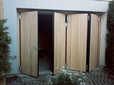 Falttor 1:3 mit senkrechter Holzauflage - öffnend
