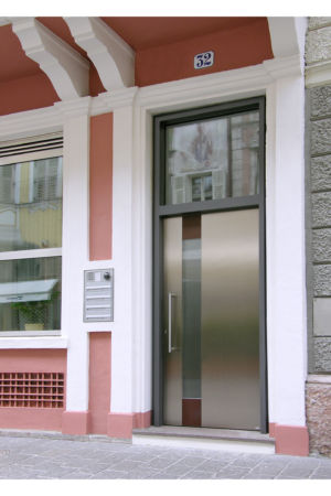 HET 90 Edelstahl mit senkrechtem Lichtausschnitt und Cortenstahl-Deco-Einlagen und Oberlicht