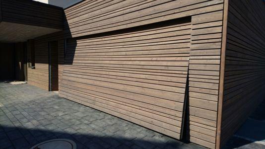 Flächenbündiges Schwingtor mit Holzschalung - öffnend